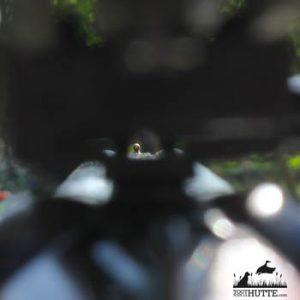 Sur les fusils juxtaposés, canardouzes et certains semi-automatique, l'espace entre le compensateur de recul et la bande du fusil est suffisant pour pouvoir voir le point de mire sans démonter la demi-jumelle de l'arme. Vous pourrez donc plus aisément vérifier le point visé avec votre fusil.